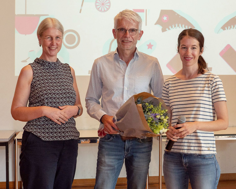 Barbara Zobrist, Urs Knecht (Sereal Wettingen, Klassenlehrperson) und Nadine Kaufmann (Hinaus ins Erwerbsleben mit dem Finanzführerschein)