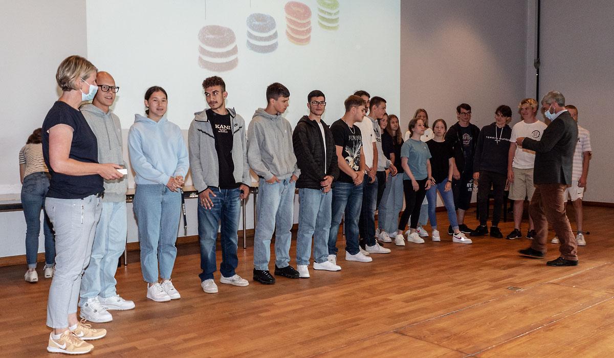 Übergabe der Finanzführerscheine an Wettinger Schülerinnen und Schüler durch Gemeinderat Sandro Sozzi.
